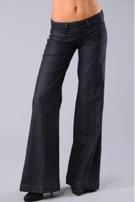 Alt ve üst bacaklarınız arasındaki orantısızlığı bu tarz bol kesim pantolonlarla kamufle edin.  Nerelerde bulabilirsiniz?  Mango, Zara